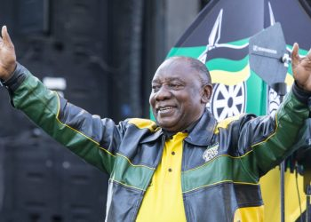 """President of South Africa and President of the African National Congress (ANC) Cyril Ramaphosa greets the crowd after delivering a speech outside Lithuli House, the ANC's headquarters in Johannesburg, on May 12, 2019. – The African National Congress (ANC) hosted a """"Siyabonga"""" / """"Re a leboga"""" gathering to express its gratitude to all South Africans for participating. (Photo by WIKUS DE WET / AFP)"""