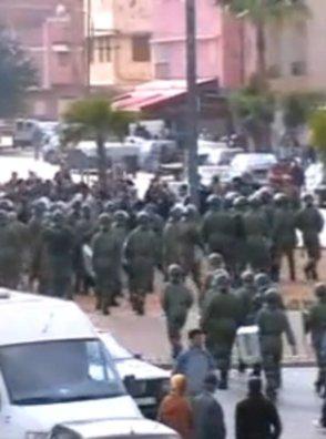 Unidades antidisturbios de la policía en Kenitra, Marruecos, fluyendo hacia la pacífica multitud