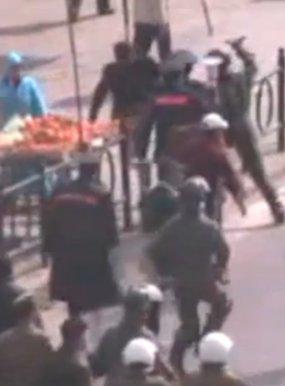 La policía antidisturbios en Kenitra, Marruecos, superando en número a los manifestantes