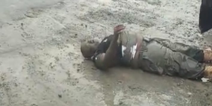 VIDEO: Moment soldiers allegedly beat police inspector, abandon him for death on the road in Port Harcourt