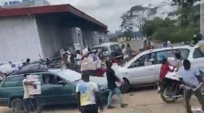 Nigerians seen sharing the looted COVID-19 palliatives with beggars (Video)