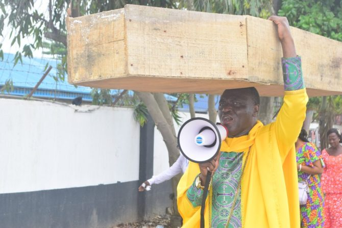 Nigerian pastor carries coffin in protest against Buhari govt, says God instructed him