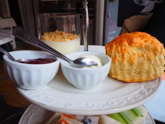 The Scones & Toppings / Les Scones & Garnitures
