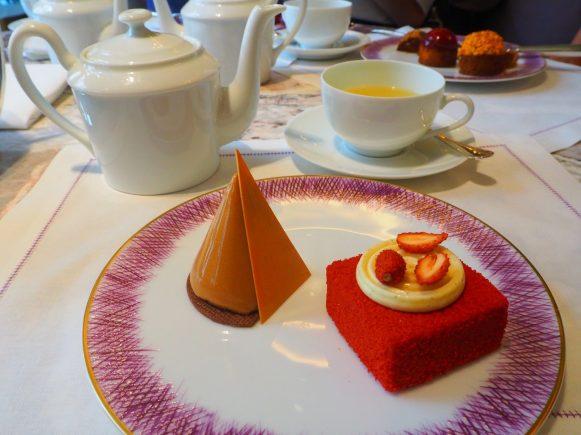 Luxor cake and Wild strawberries & Diplomat cream tart / Luxor (Gâteau au chocolat crémeux et amer) et Tarte aux fraises des bois avec une crème Diplomate