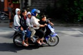 82 Han Eken Een gezin op de brommer.....Bali