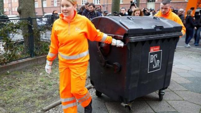 وزيرة ألمانية تشتغل مع عمال النظافة وتجمع القمامة من المنازل في عيد المرأة (صور)