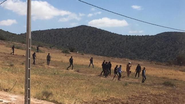 مواجهات وتراشق بالحجارة بين مواطنين والرعاة الرحل بأربعاء الساحل (فيديو)