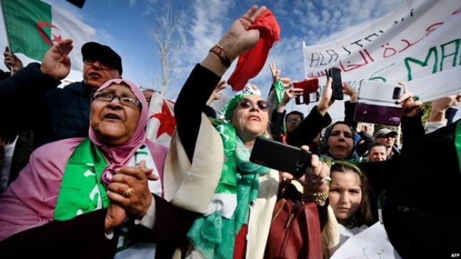 الجزائريون يخرجون للشارع رغم إعلان بوتفليقة عدم ترشحه