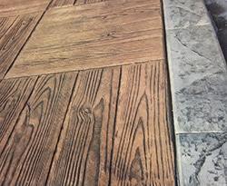 Béton imprimé imitation plancher bois avec bordure imitation pierre