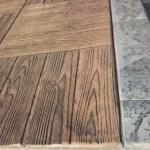 Béton imprimé bois callebotis desert tan démoulant anthracite bordure old granit couleur zinc anthracite