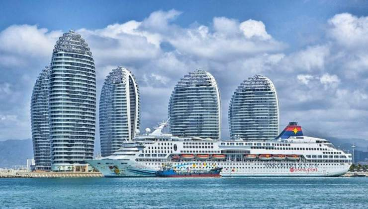 Ship and buildings in Hainan, China (Pixabay.com)