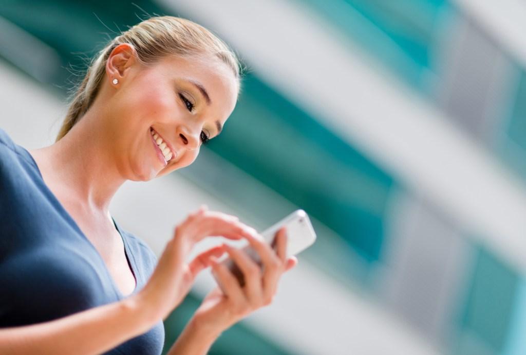 Business woman utilisant un smart phone pour internet