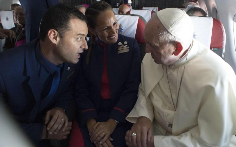 Chile: Papa casa dois assistentes de bordo durante voo para Iquique