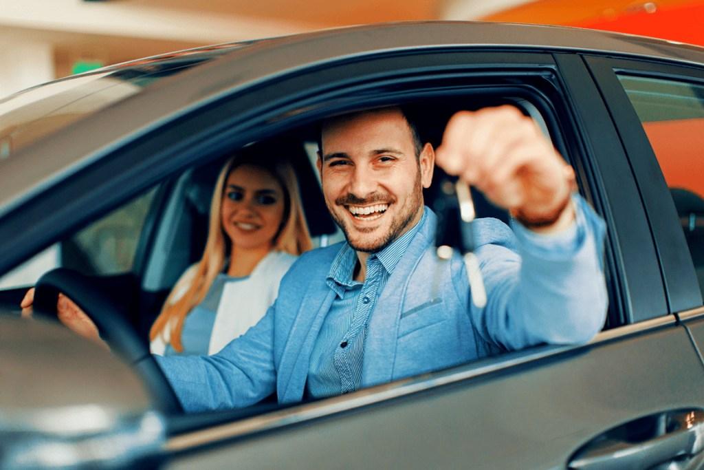 motorista feliz em seu carro