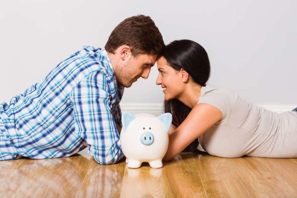 casal juntos guardando dinheiro