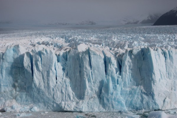 El frente del glaciar Perito Moreno mide unos 4 km de ancho