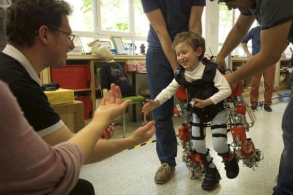 El-primer-exoesqueleto-que-ayuda-a-andar-a-los-ninos-con-atrofia-muscular_image_380