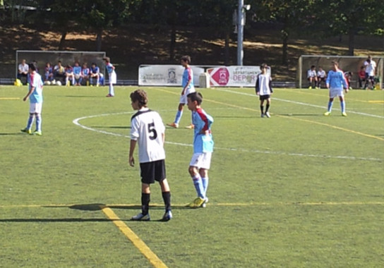 <p>Niños jugando al fútbol. / UPV/EHU</p>