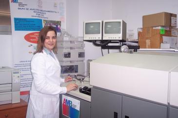 La investigadora Tamara García Barrera en el laboratorio de Análisis Medioambiental y Bioanálisis de la UHU.  Fuente: Fundación Descubre