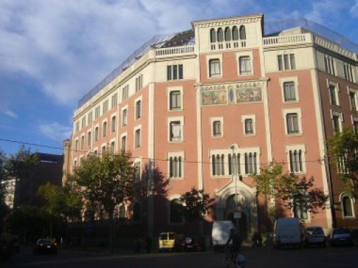 <p>Imagen de una escuela en el centro de Barcelona próxima al tráfico y, por tanto, a la contaminación atmosférica. / Jordi Ferrer (Wikipedia/CC)</p>