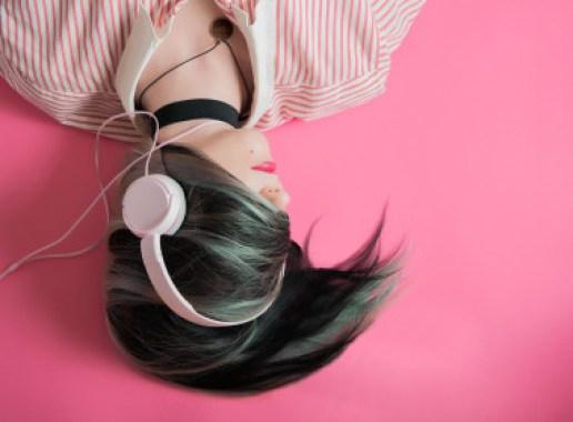"""Las personas con anhedonia musical específica disfrutan de otros estímulos placenteros, pero no son sensibles a la recompensa musical. / <a href=""""https://pixabay.com/es/photos/ni%C3%B1a-m%C3%BAsica-la-moda-escucha-1990347/"""" target=""""_blank"""">Pixabay</a></p> <p>"""