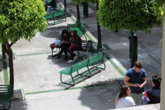 <p>Jóvenes en la Facultad de Psicología de la Universidad de Sevilla. / US</p>