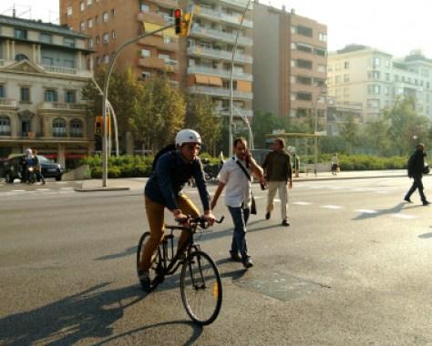 <p>Bicicleta y peatones en la ciudad de Barcelona. / Flickr Diluvi (CC)</p>