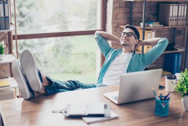 počivanje mladega moškega, da mine sindrom računalniškega vida