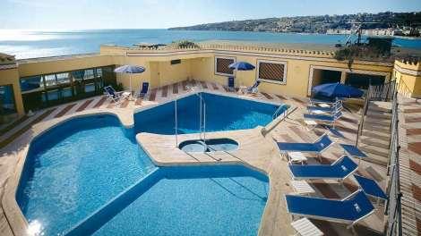 Camere e suite eleganti, alcune con vista sul golfo, 2 ristoranti e una piscina panoramica stagionale ecco il Royal Continental Hotel di Napoli