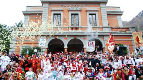Con il giovedì grasso entrano nel vivo i riti del Carnevale che fino a martedì 9 febbraio 2016 (con qualche escursione anche oltre) animeranno e coloreranno quasi tutti i comuni della provincia di Avellino.