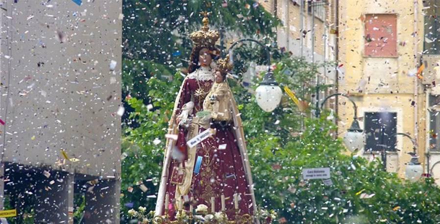 La città di Pagani si prepara ad accogliere le migliaia di persone che, provenienti da tutta la regione, affolleranno le strade del paese in occasione dei festeggiamenti in onore della Madonna del Carmelo, meglio nota come Madonna delle galline.