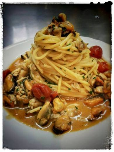 La via delle taverne: Spaghetto trafilato al bronzo in guazzetto di vongole e cozze.