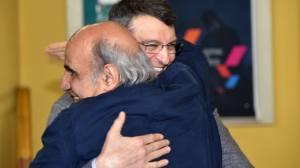 Tonino Spagnuolo abbraccia il regista iraniano Amir Naderi, vincitore Premio Camillo Marino alla carriera 2016