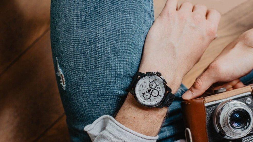 Stile vintage, elegante o sportivo, l'orologio da uomo è un elemento iconico irrinunciabile a cui il genere maschile oggigiorno riserva una particolare attenzione.