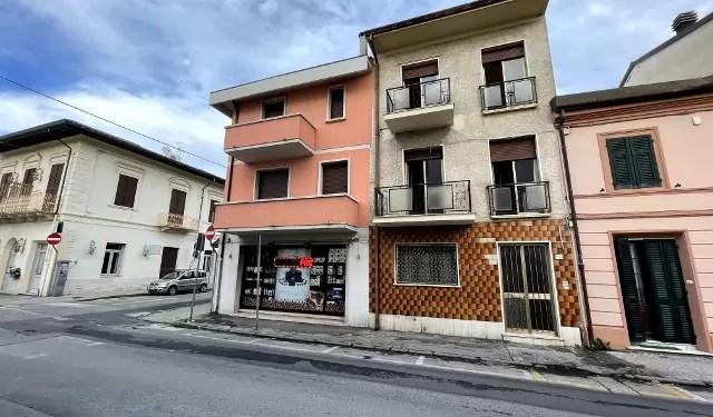 Villetta Bifamiliare Terratetto Viareggio Centro Porzione Quadrilocale Mq 80 Due Piani Tre Balconi