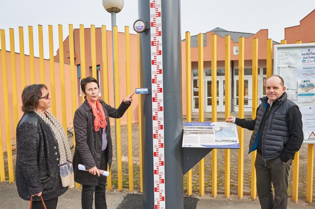 Ensemble pédagogique devant l'école Lucie Aubrac Nevers
