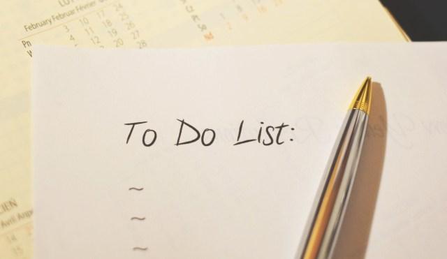 Eine leere To-Do-Liste auf einem Blatt Papier, darauf ein Kugelschreiber
