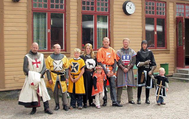 Riddarna af Dalaborg framför stationen i Anten. Foto: Patrik Engberg