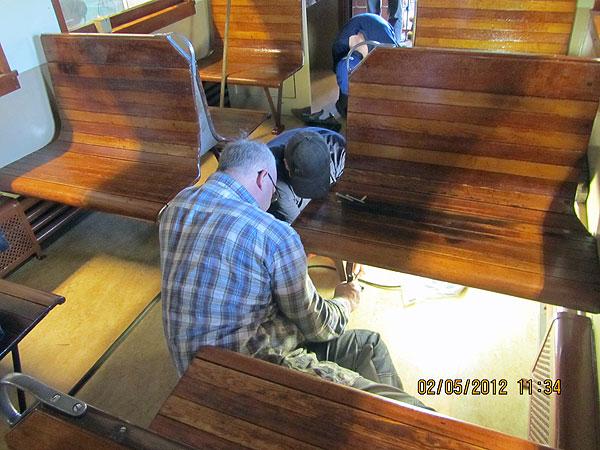Montering av bänkar på vagn 24. Foto: Bernt Lindsjö
