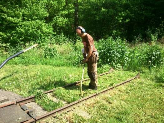 Gustav klipper gräset rund vändskivan i Gräfsnäs. Foto: Bernt Lindsjö