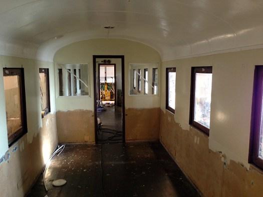 Invändigt på vagn 22, taket har gjorts och målats. Foto: Bernt Lindsjö