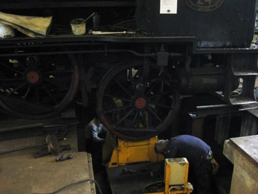 VGJ 24 - Arbete med att återmontera drivhjulet. Foto: Lars Johansson