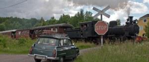Vägövergången i Kvarnabo med avgående tåg till Gräfsnäs. Foto: Stefan Lindberg