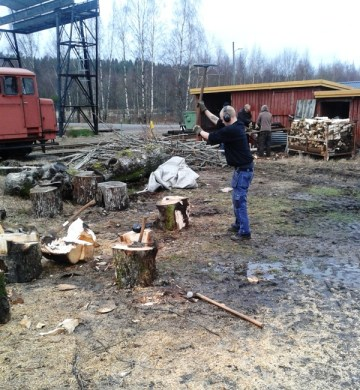 Arbetet med att hugga upp lokveden pågår. Foto: Lars Johansson