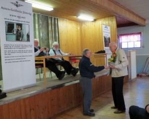 Per-Olof Söderpalm gratulerar Gunnar Lundqvist i efterhand på hans 90-årsdag. Foto: Lennart Nordh