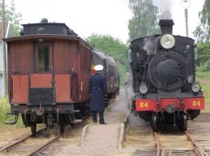 Snart avgång i Kvarnabo 2014-06-29 för tåg med Tp-lok 3500. Foto: Lennart Nordh