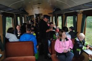 Konduktören och tågbefälhavaren Hugo tar hand om de resande. Foto: Patrik Engberg