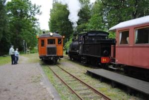 Tågmöte i Gräfsnäs mellan ankommande tåg med Gullhönan och VGJ 24. Foto: Patrik Engberg