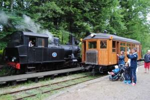 Tågmöte i Gräfsnäs mellan ankommande tåg med BLJ 6 och Gullhönan. Foto: Patrik Engberg
