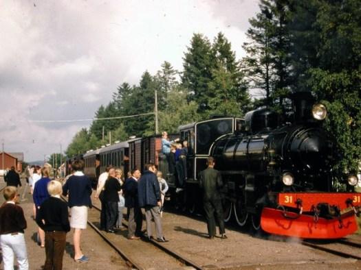 AGJ lok VGJ 31 med utfärdståg. Foto: ur AGJ arkiv